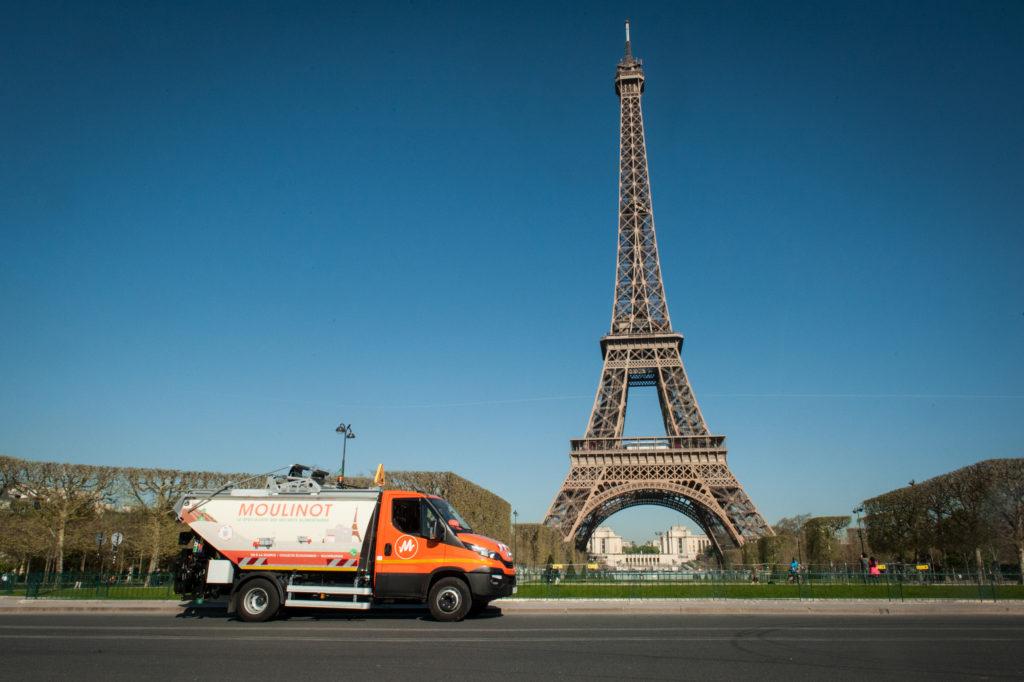 Camion Moulinot dans les rues de Paris.