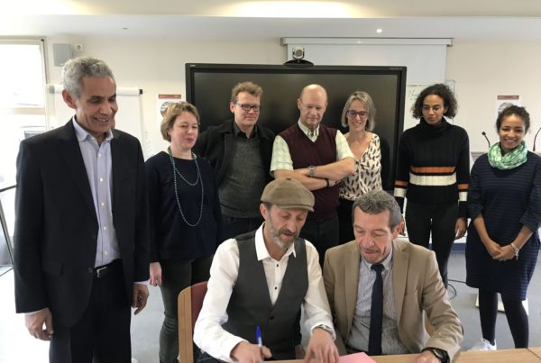 Stephan Martinez et Georges de Noni, entourés des équipes de l'IRD / UPC.